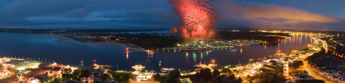 Blick vom Strandhotel Maritim auf die Travemuender Woche mit Feuerwerk ueber der Passat