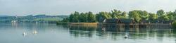 Blick auf die Pfahlbauten Unteruhldingen und das Kloster Birnau