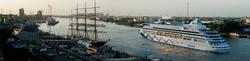 Die AIDA laueft im Morgenlicht in den Hafen ein